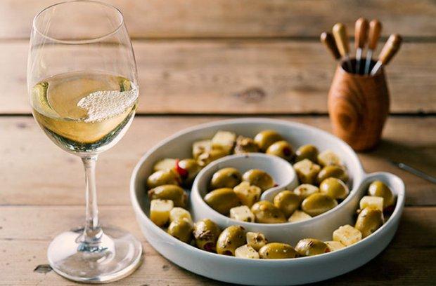 Оливки и вино
