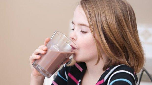 Ребёнок пьет какао-напиток