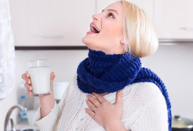 Употребляем молоко с медом от боли в горле