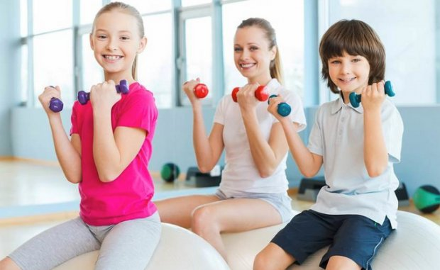 Дети выполняют упражнения с гантелями