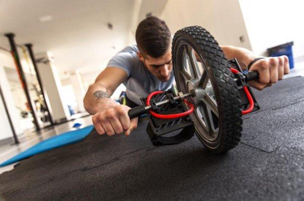 Упражнения для пресса с помощью гимнастического ролика для женщин и мужчин