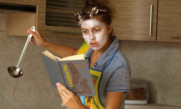 Женщина читает камасутру